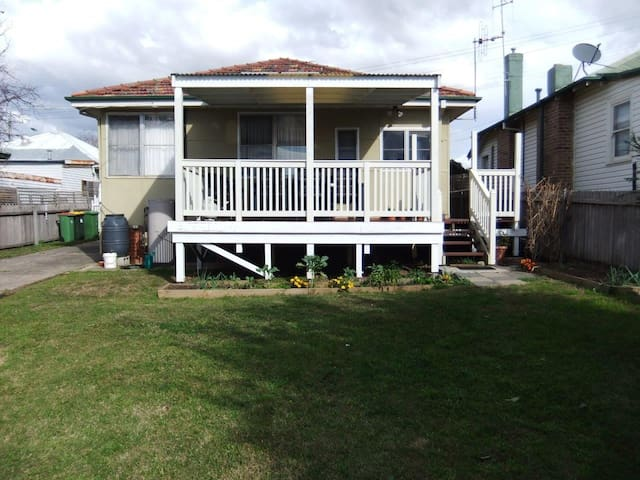 Suburban getaway close to Canberra - Crestwood - House
