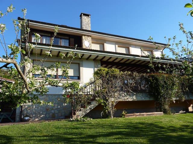 Casa con jardín, con vistas a los Picos de Europa - Collía - Huis