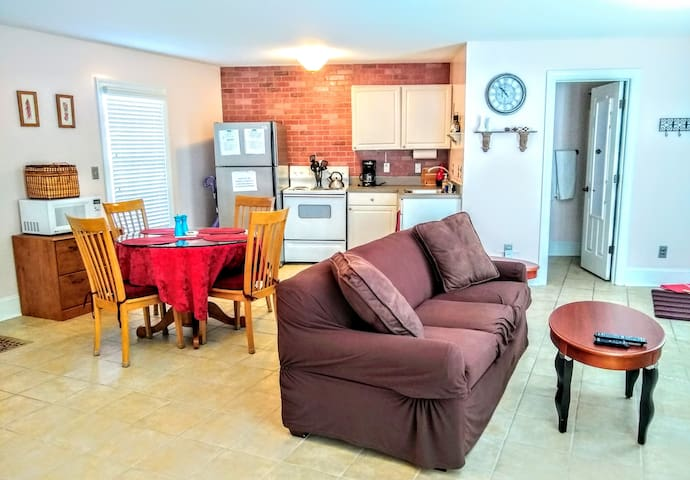The Downtown Cottage Apartment