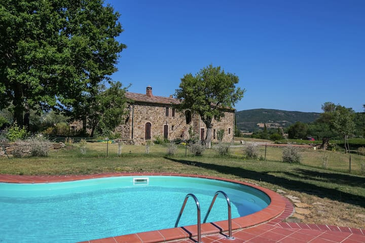 Apartment in a rustic house in the Tuscan hills, 20 minutes from the sea