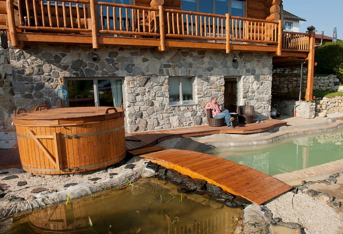 Im Sommer lädt die Terrasse zum Sonnen und der Teich zum Schwimmen ein.