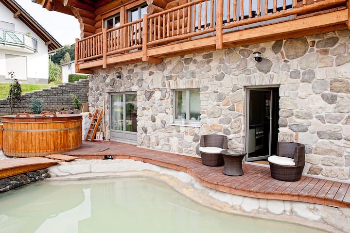 Gemütliches Zimmer in Holzblockhaus mit Sauna