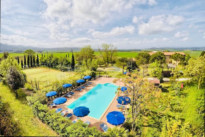 Villa Toscana immersa nel verde tra mare e colline
