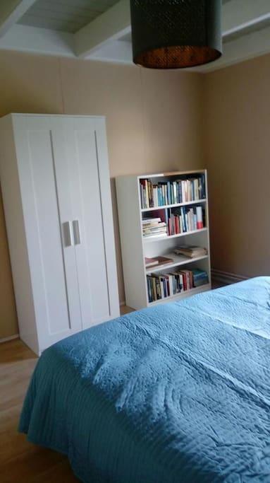 Kleiderschrank, Bücherregal