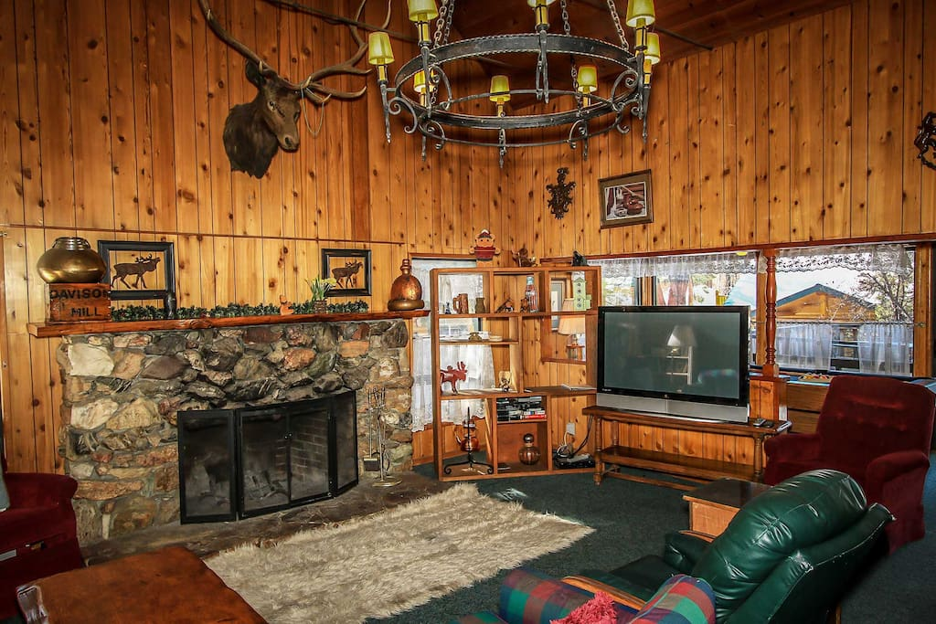 Couch,Furniture,Fireplace,Hearth,Entertainment Center