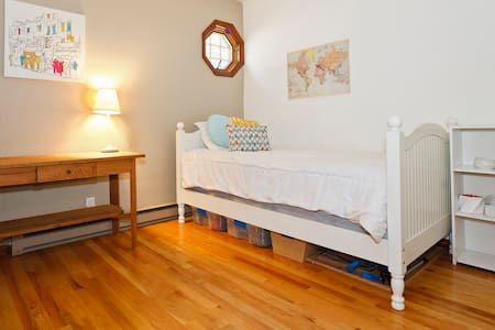 Cozy room with comfy twin bed - Bed & Breakfast