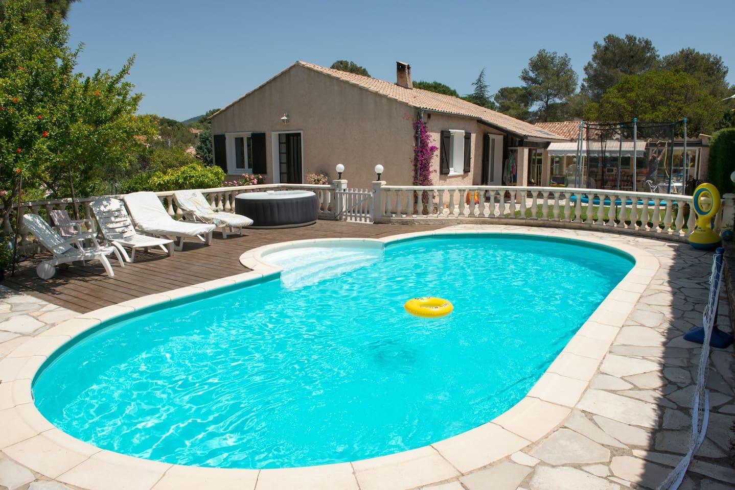 Espace piscine avec chaises longues