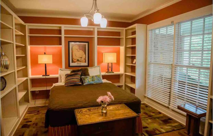 Library queen bedroom feels like a day spa!! Just peaceful and cozy.