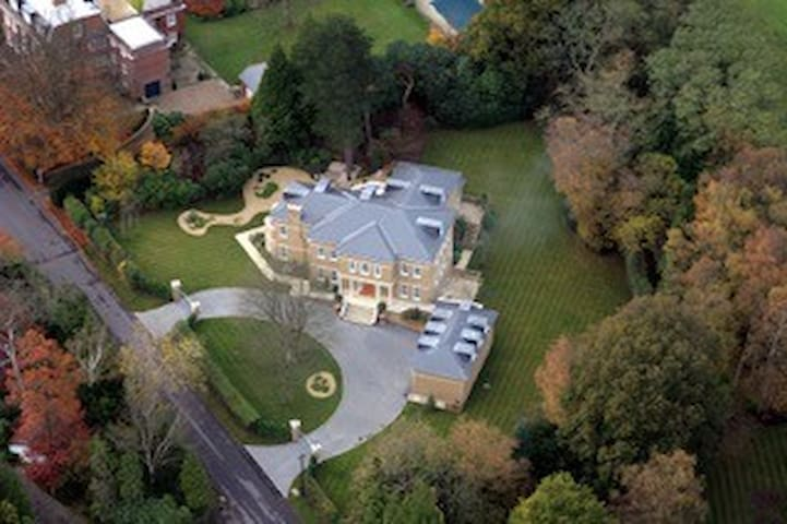 Modern Mansion Sunningdale sleeps 25+ conference