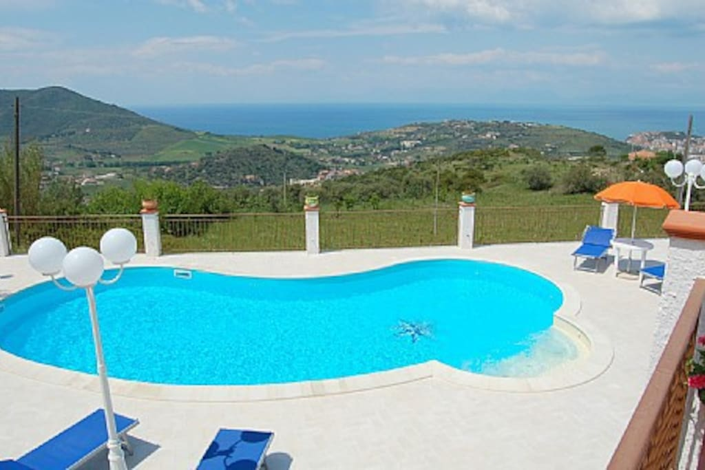 At Villa Gioconda you will find a marvellous turquoise-blue swimming pool, lain down on a white, sunshiny terrace with a gorgeous view on the sea and the coast.