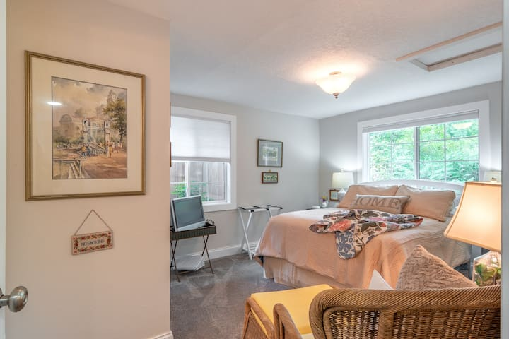 Welcome Home to Cottage House Guest Suite. Full size bed, DVD/CD player, easy chair & ottoman, charging ports, private 3/4 bathroom, private deck with fireplace and dining table, bed top table & folding desk under bed. Vegan breakfast upon request.
