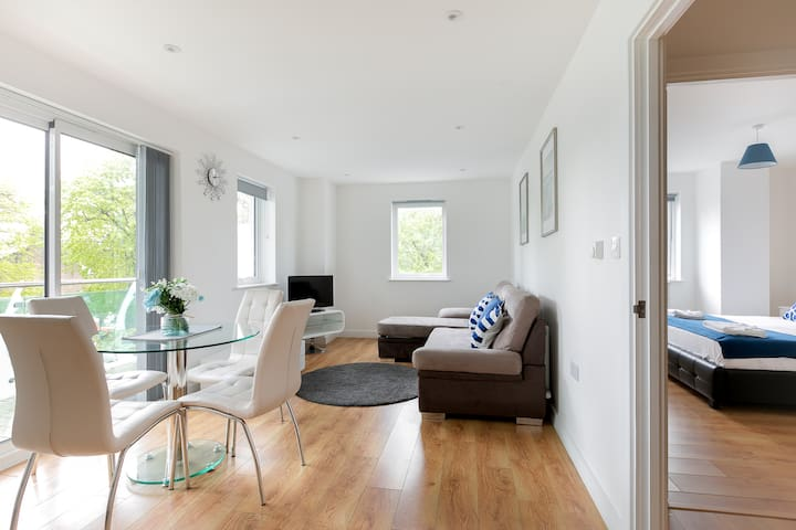 Deluxe 1 Bed Apartment + Balcony in Greater London