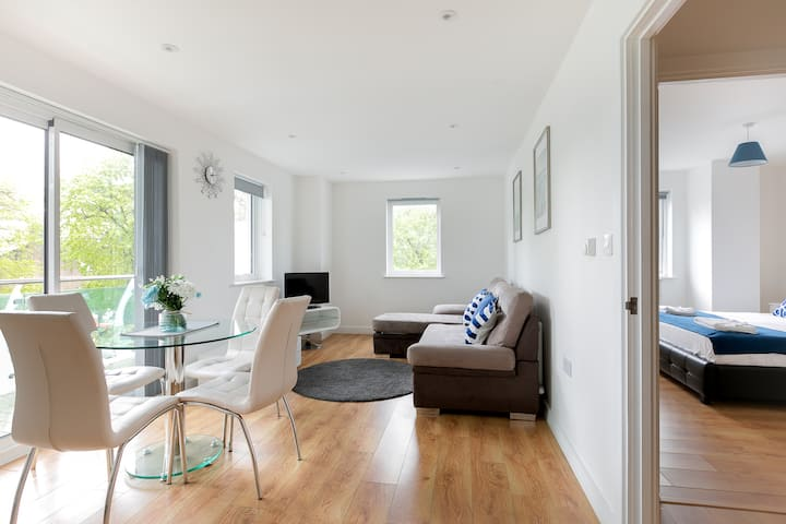 Beautiful  Apartment + Balcony in Enfield, London