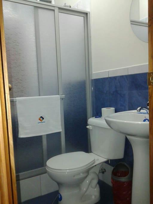 Baño con ducha y agua caliente
