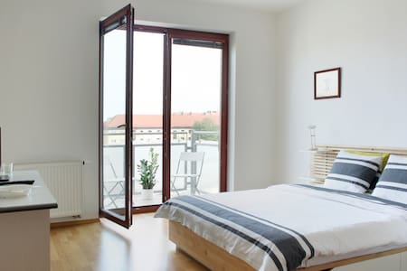 Spacious New Flat 15 min to Center - Praha - Leilighet