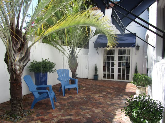 Mediterranean Style Guest Cottage - Miami - House