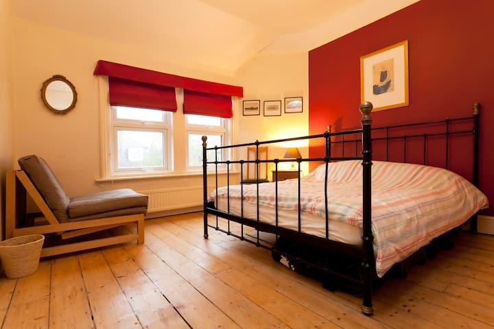 Large Double Bedroom, free parking & breakfast