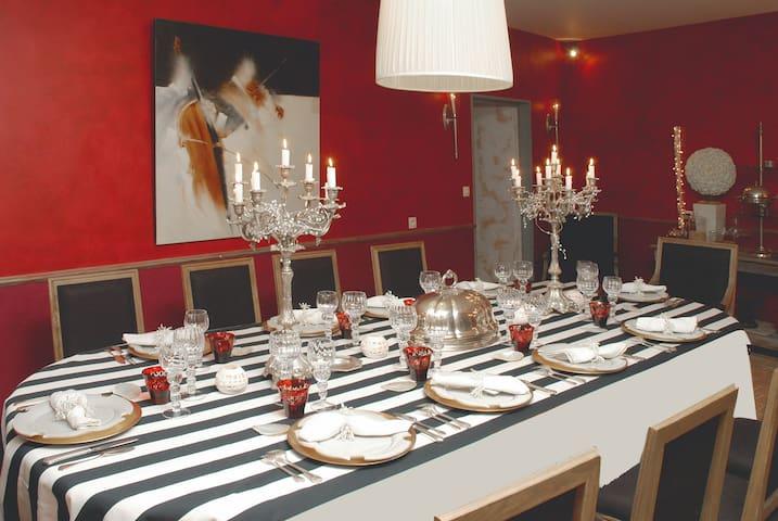 Une salle à manger flamboyante.