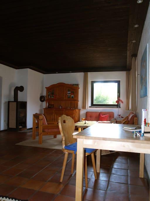 Das Wohnzimmer von der anderen Seite her, links der Holzofen mit Sichtfenster