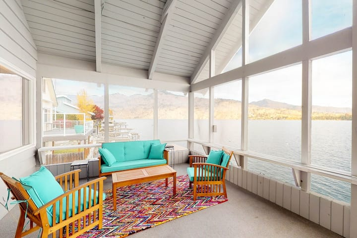 Lakefront cabin w/screened in deck and large dock!