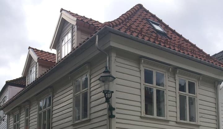 Small cosy room for 2 with piano, Bergen Old Town