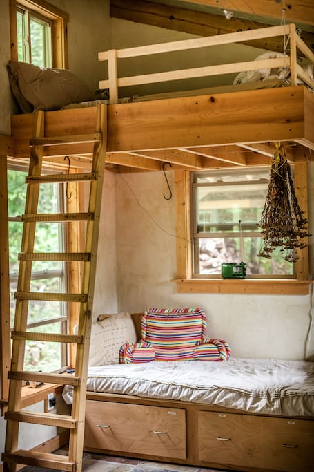 Cabin 1st floor twin bed with ladder to loft and double bed