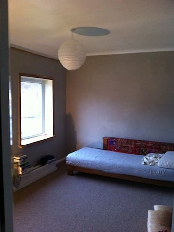 A peaceful room in friendly home - Whitchurch - Casa