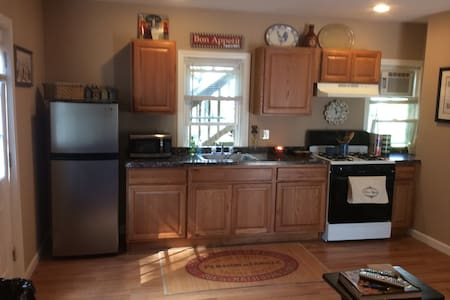 DOWNTOWN NORTHAMPTON STUDIO WITH PARKING! - Daire