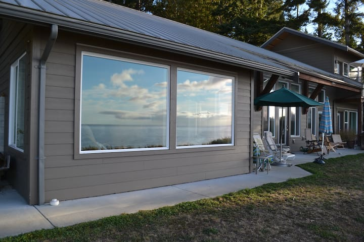 Waterfront Home....Sandy Beach - Roberts Creek - Ev
