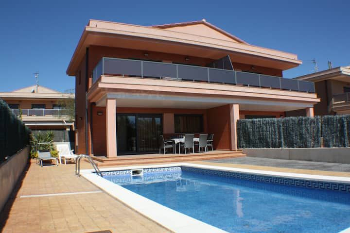 House with pool 50m to the beach Wifi and satel TV