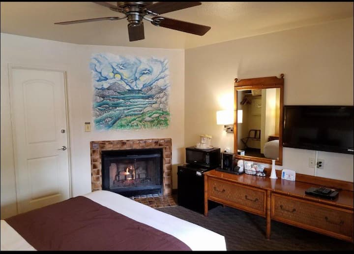 Monterey ! 1 Queen Room w/ Fireplace