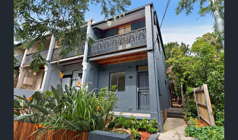 Renovated Victorian Terrace - Enmore - Hus