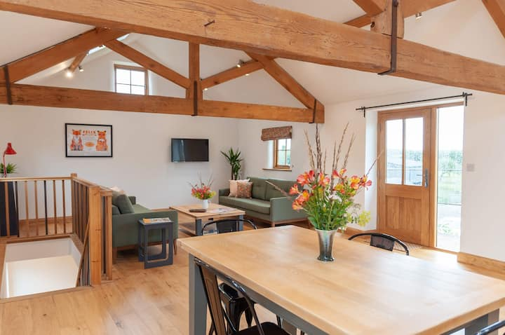 The Granary, Sleeps 4+ Luxurious Barn conversion.