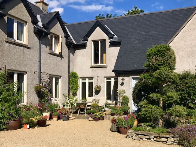 Ashwood House offers a quiet retreat within walking distance of secluded beaches.