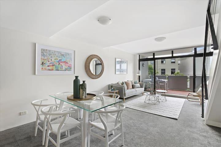 Big room in 2 bed Apptmt - Prime Newtown location
