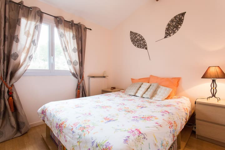 Chambre accueillante et chaleureuse