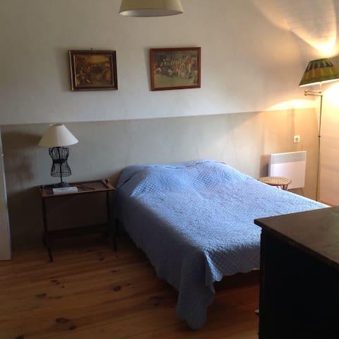 Moulin: 1°étage chambre bureau lit 140/190