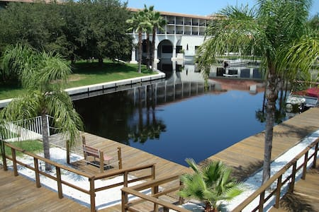 Lakeside Palm Harbor 2- Bed Apartment Near Beaches