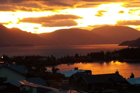 Large upstairs private room with own en-suibalcony - Queenstown