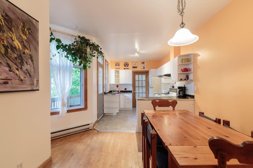 Salle à manger et cuisine / Dining room and kitchen