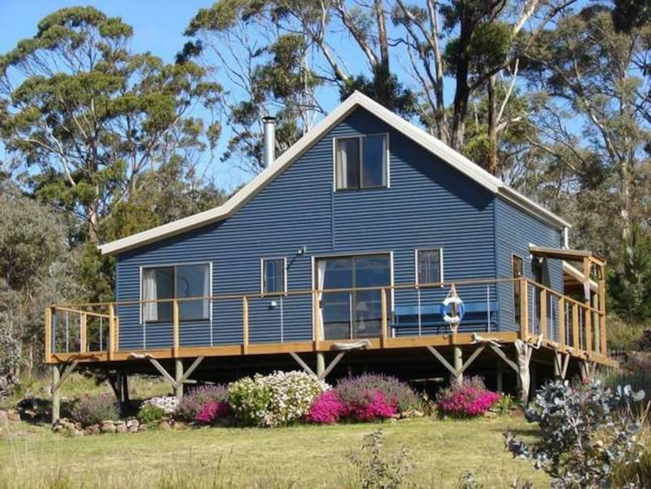 Escape to a tranquil Tasman peninsula retreat and enjoy every moment of your stay with family and friends.