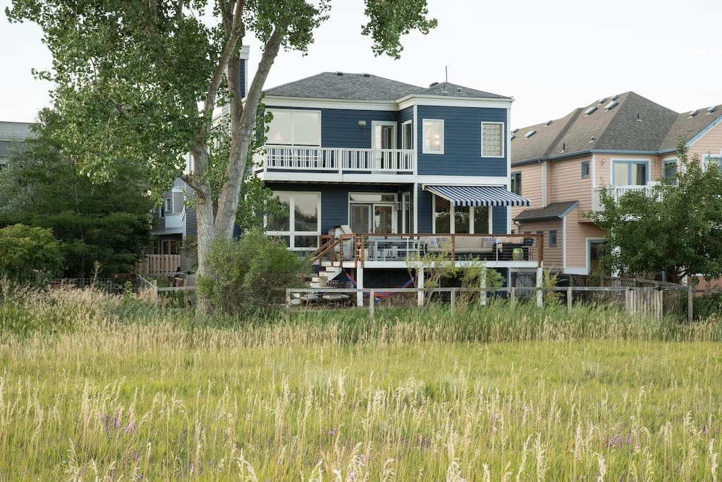 Lux full solar home, 4 bedrooms, 3.5 bath, sleeps 9, on 3 levels. Amazing views facing South and West on open space. Walk out the back door to Wonderland Lake, trails, and shopping/restaurants/grocery store.