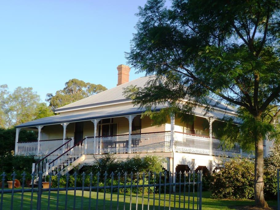 Queenslander with grace style glen vale for Classic queenslander house