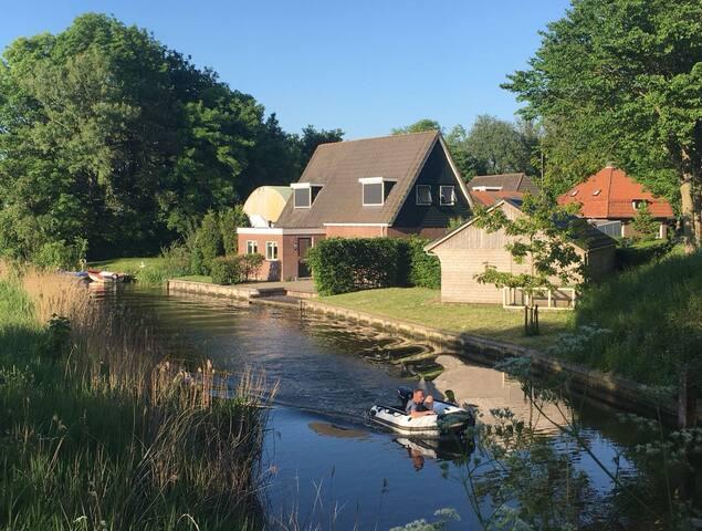 Vrijstaande woning aan het water + bootaanlegplek