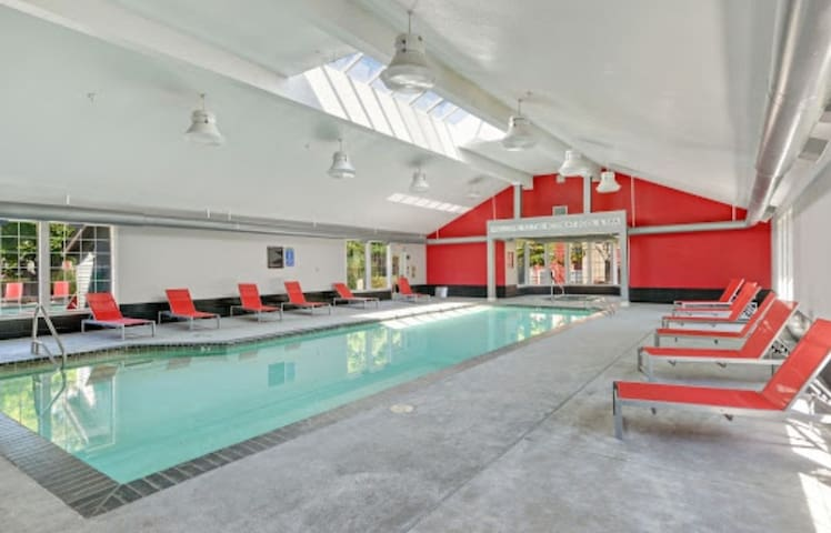 Nice apartment with pool,  hot tub & gym access