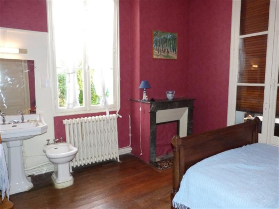 Grande chambre avec lit double; possibilité d'installer un lit d'appoint ou un lit de bébé