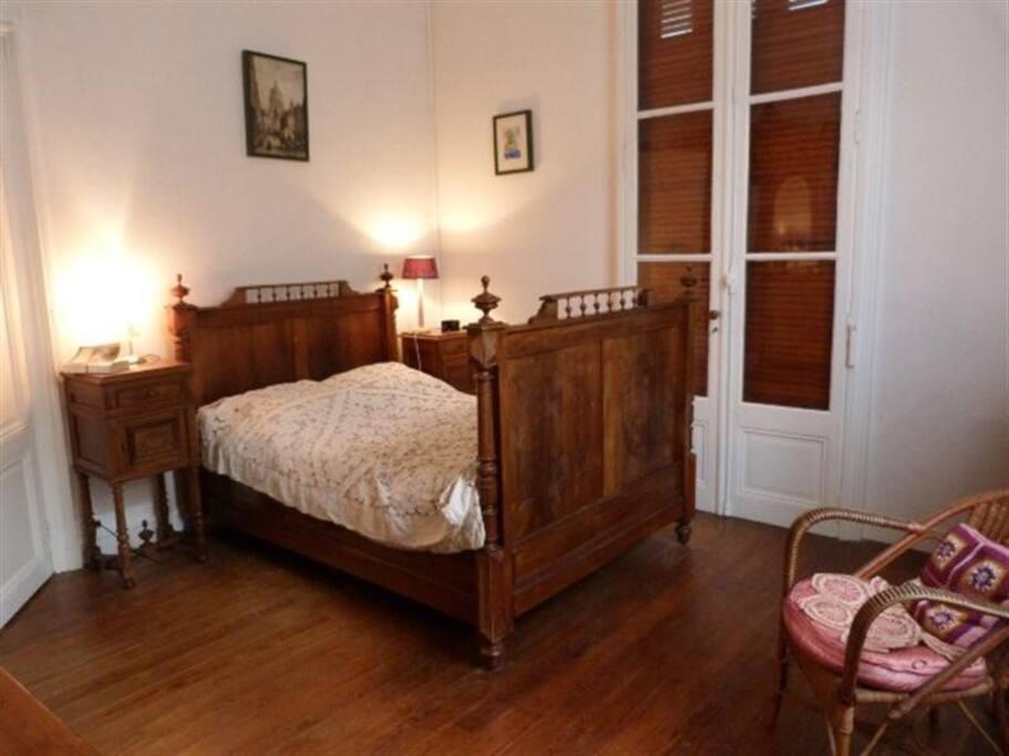 Grande chambre avec lit double donnant sur le jardin