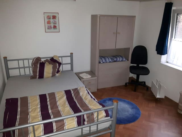Kleines süßes Zimmer sucht Gäste zum Übernachten! - Oberhausen - Huis