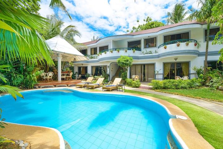 Garden Apartment near White Beach w. Kitchen/ Pool