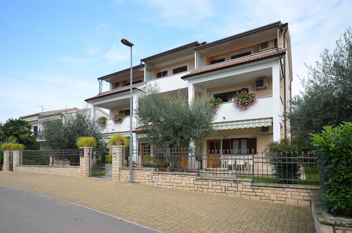 Two-bedroom apartment with garden - Poreč - Bed & Breakfast
